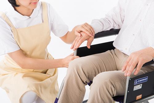 知らないと損する!家族を介護する時に役に立つ介護休業給付金について